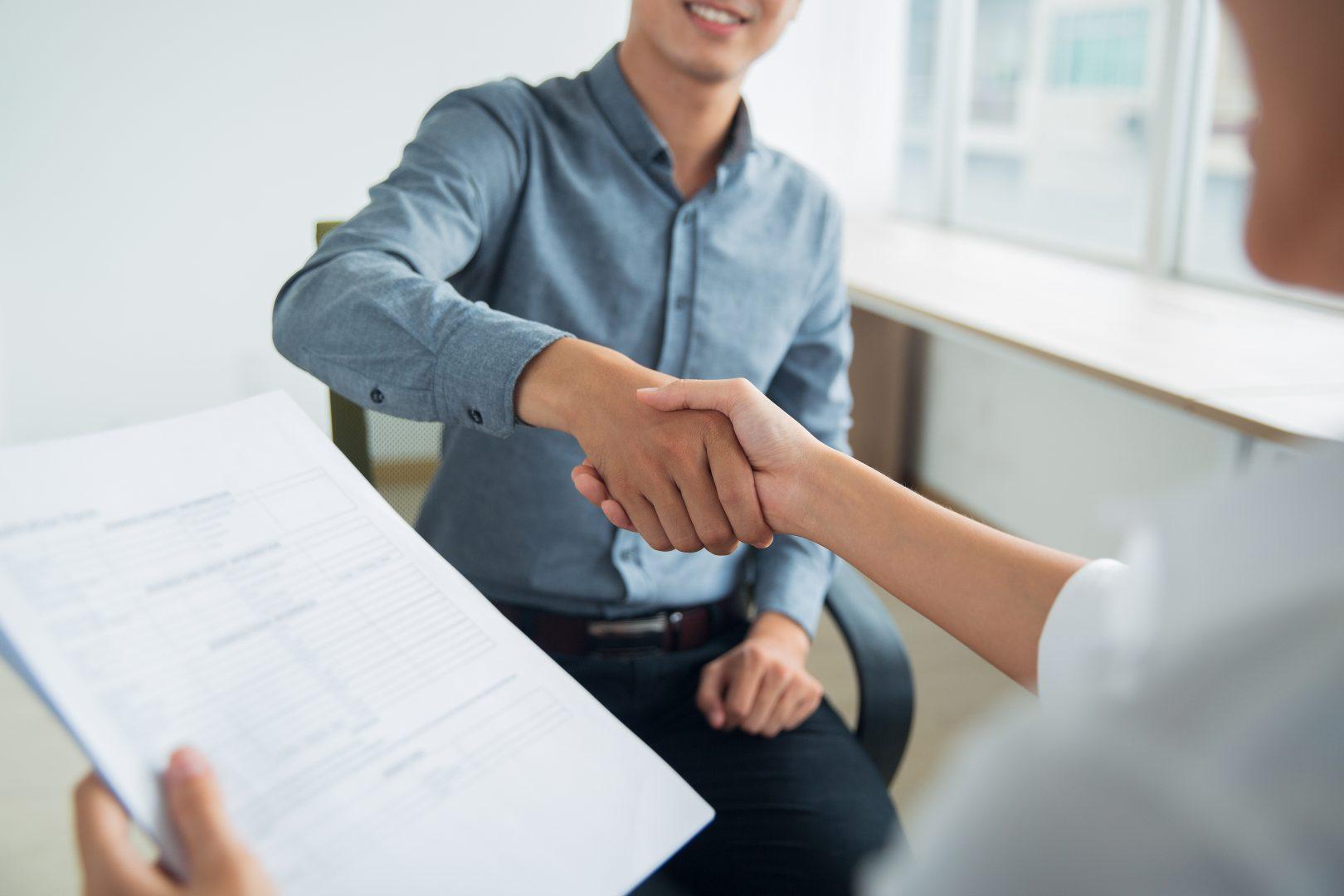 potrasenie-rukou-uchadzaca-o-zamestnanie-so-zamestnavatelom-na-pohovore-employer-branding