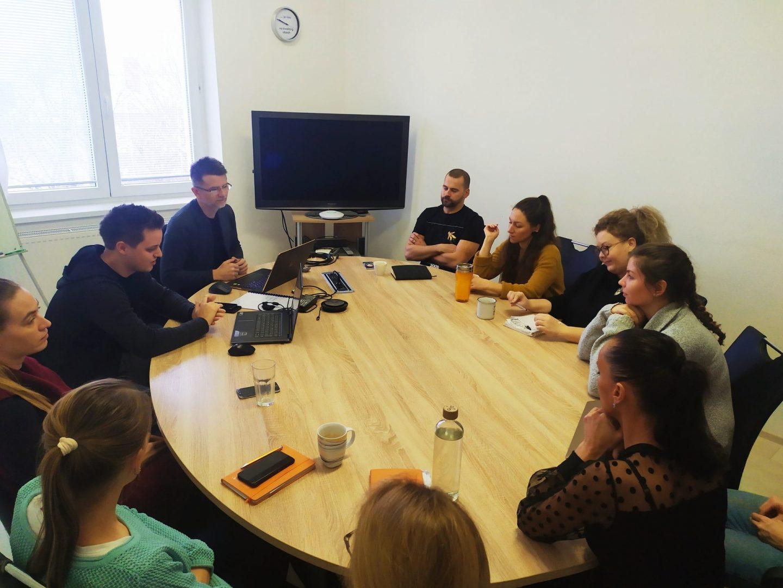 kolegovia počas meetingu v agentúre